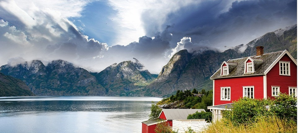World___Norway_Beautiful_house_on_a_background_of_mountains_in_Norway_063768_